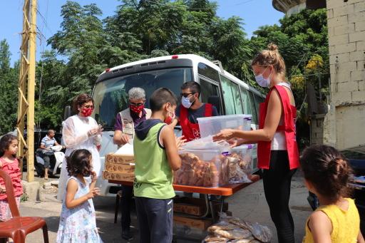 Nach den schweren Explosionen in Beirut Anfang August waren die MALTESER als eine der ersten Hilfsorganisationen vor Ort, um Erste Hilfe zu leisten sowie Verletzte und Obdachlose zu versorgen. Die Libanesischen Malteser Organisation hat zusammen mit Malteser International mittlerweile mehrere mobile Gesundheitsstationen in der Krisenregion eingerichtet.
