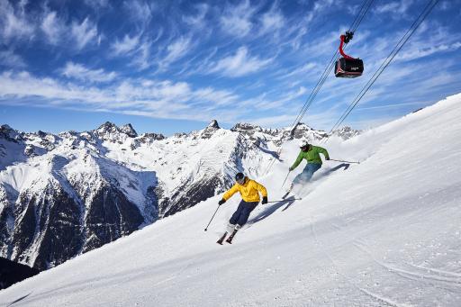Die Entscheidungsträger im Tiroler Paznaun haben ein vielschichtiges Maßnahmenpaket erarbeitet, um die Gesundheit und Sicherheit von Gästen, MitarbeiterInnen und Einheimischen bestmöglich zu gewährleisten. Das traditionelle Top of the Mountain-Konzert zum Saisonstart wird es heuer nicht geben – stattdessen wird an einer Alternative gearbeitet, die im Herbst präsentiert wird.