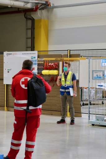 Bernhard Völkl (Amazon) erklärt die Gesundheits-und Sicherheitsmaßnahmen im Verteilzentrum Großebersdorf