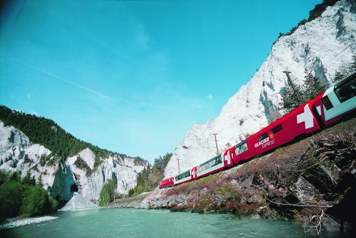 Glacier Express mit Panoramawagen fährt durch die Rheinschlucht neben dem Vorderrhein