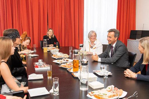 Gespräch am Tisch mit Bürgermeister Siegfried Nagl und Künstler Gottfried Helnwein.