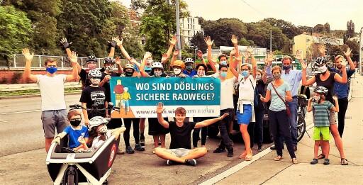 Dutzende Menschen setzen sich in Döbling mit Bannern und Flyern für sichere Radwege ein - hier auf der Krottenbachstraße.