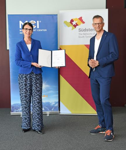 Susanne E. Herzog und Kurt Matzler vergeben das Südstern Stipendium.