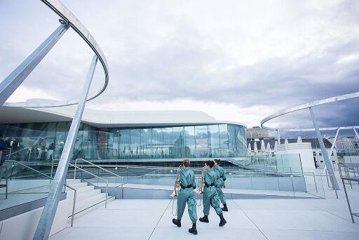 """Ansicht der MQ Libelle auf dem Dach des Leopold Museum im Wiener MuseumsQuartier mit Posaunistinnen der Klanginstallation """"Libelle Flirr"""" anlässlich der Eröffnung der Libelle"""