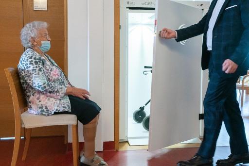 Besucherin Apollonia Pernlocher testet seCUBE im Wohn- und Pflegeheim. Foto: MCI/Geissler