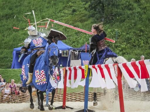 Spannender Tjost zu Pferde beim Ritterturnier