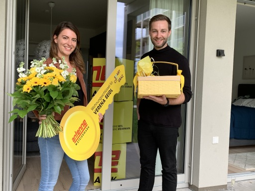 Gewinnerin Verena Seidl mit JOSH bei der Übergabe ihrer Wohnung in der My Smart City Graz.