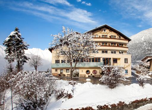 Mit dem Privattransport des Hotels Arzlerhof im Pitztal kommen dessen Gäste täglich sicher und coronafrei ins Skigebiet. Ein hoteleigener Skiverleih und das eigene Skidepot sorgen für einen erholsamen Aufenthalt.