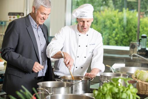 GOURMET Geschäftsführer Herbert Fuchs mit Markus Stacherl, Koch in der Entwicklungsküche (vor Corona).