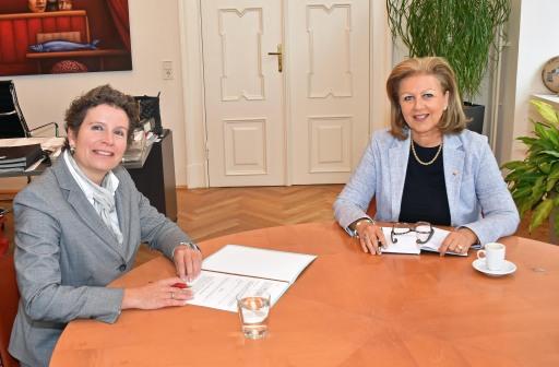 Die für die Beteiligungen des Landes Tirol zuständige Landesrätin Patrizia Zoller-Frischauf mit der neuen Rektorin der Tiroler Privatuniversität UMIT TIROL Prof. Dr. Sandra Ückert, die am 1. November ihr Amt antreten wird.