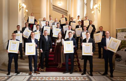 Die SALON Sieger und Auserwählten 2020 (nicht im Bild: Weingut FJ Gritsch, Weingut Kollwentz) mit Chris Yorke (Geschäftsführung ÖWM) und Bundes-Weinkönigin Diana I.