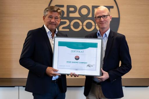 SPORT 2000 ist für zwei weitere Jahre als Sport Leading Company zertifiziert. Am Bild: Anton Pichler (links), Geschäftsführer der PHP Sport Management GmbH, und Dr. Holger Schwarting, Vorstand SPORT 2000 Österreich.