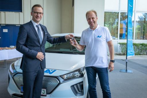 AUVA-Obmann Mario Watz übergab den Schlüssel des ersten CO2-neutralen Fahrzeugs an Bernd Toplak, Stellvertretender Leiter des AUVA Unfallverhütungsdienst Wien.