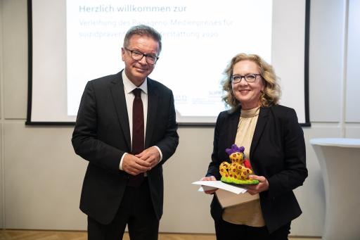 Papageno-Medienpreisverleihung durch Bundesminister Rudi Anschober an Mag.a Ursula Theiretzbacher