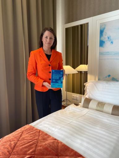 Hoteleigentümerin Mag. Sonja Wimmer präsentiert den Covid-19 Test im The Harmonie Vienna.