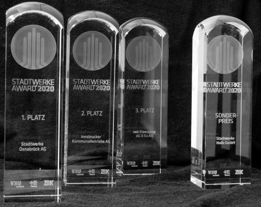 """Die Gewinner des STADTWERKE AWARD 2020. Die Stadtwerke Osnabrück gewinnen den ersten Platz. Damit wird erstmals ein innovatives ÖPNV-Konzept ausgezeichnet. Mit der Innsbrucker Kommunalbetriebe AG gewinnt erstmals ein Stadtwerk aus Österreich. Die swb Erzeugung gewinnt mit innovativer Technik für die Sektorenkopplung. Mit dem Sonderpreis für die Stadtwerke Halle (Saale) betont die Jury das soziale Engagement von Stadtwerken. / Weiterer Text über ots und www.presseportal.de/nr/120027 / Die Verwendung dieses Bildes ist für redaktionelle Zwecke honorarfrei. Veröffentlichung bitte unter Quellenangabe: """"obs/Stadtwerke Award/Trianel GmbH"""""""