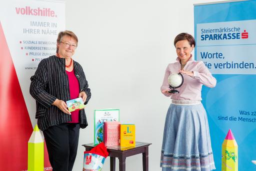 Barbara Gross, Präsidentin Volkshilfe Steiermark und Walburga Seidl, Vorstandsmitglied der Steiermärkischen Sparkasse freuen sich über die ermöglichte Hilfe für armutsbetroffene Kinder.