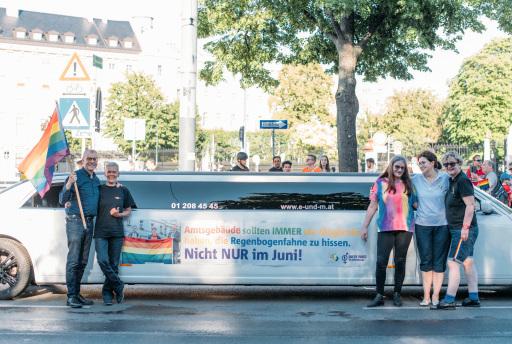 v.l.n.r.: Beim Regenbogen-Corso: Abg.z.NR Dr. Harald Troch mit Karin Erhart (Vorsitzende 'Queer Dance im Gemeindebau) sowie Waltraud Prellinger, Mag.a Mirela Mihaljevic (stellv. Vorsitzende der SoHo Simmering) und Mag.a Ortrun Gauper (Vorsitzende SWV Simmering)