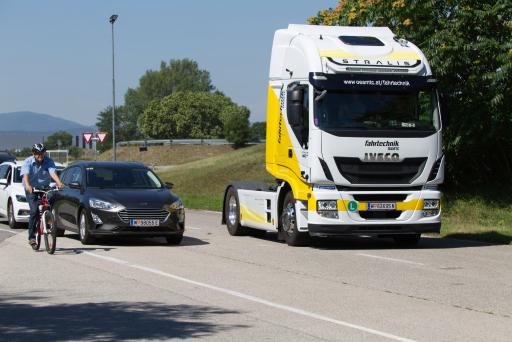 Der intelligente Abbiegeassistent Careye Safety Angle von EYYES erkennt Radfahrer in zweiter Spur im Totel Winkel und warnt den LKW-Fahrer nur dann, wenn eine Kollisionsgefahr errechnet wurde