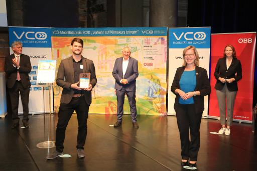 Das AIT-Projekt InFraReD gewann den VCÖ-Mobilitätspreis in der Kategorie Digitalisierung (v.l.n.r.: Arnulf Wolfram (Siemens Mobility), Serjoscha Düring, Willi Nowak (VCÖ), FBM Leonore Gewessler (BMK), Michaela Huber (ÖBB). ©: VCÖ/APA-Fotoservice/Hautzinger