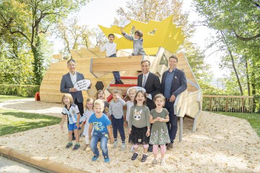 Freuen sich gemeinsam mit den Kindern über den neuen Holzspielplatz: Jugend- und Familienstadtrat Kurt Hohensinner, Bürgermeister Siegfried Nagl und Gemeinderat Heinrich Sickl. (v. l. n. r.)