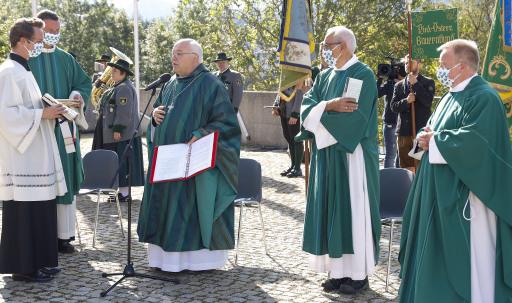 Abt Petrus Pilsinger (3. von links) aus dem Benediktinerstift Seitenstetten zelebrierte das Pontifikalamt zur 74. NÖ Bauernbundwallfahrt.