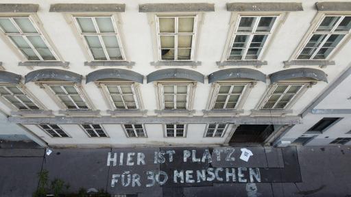 Schriftzug vor leerstehendem Wohnhaus in Wien.