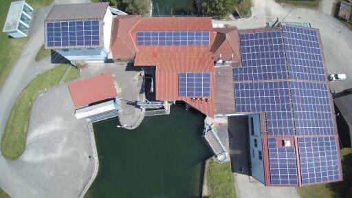 Auf dem Wasserkraftwerk Hart hat KWG bereits eine PV-Anlage mit Bürgerbeteiligung errichtet