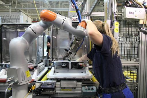 """ROBOTER: Deutschland in Europa auf Platz eins, berichtet International Federation of Robotics / Deutschland ist in der Europäischen Union mit rund 221.500 Industrie-Robotern die am stärksten automatisierte Volkswirtschaft - der Bestand stieg um 3 % (2019). Damit sind in den Fabriken der deutschen Wirtschaft rund dreimal so viele Industrie-Roboter im Einsatz wie in Italien (74.400 Einheiten), rund fünf Mal so viele wie in Frankreich (42,000 Einheiten) und rund zehn Mal so viele wie in Großbritannien (21.700 Einheiten). Das berichtet die International Federation of Robotics (IFR) mit der Veröffentlichung des Jahrbuchs World Robotics 2020. / Weiterer Text über ots und www.presseportal.de/nr/115415 / Die Verwendung dieses Bildes ist für redaktionelle Zwecke honorarfrei. Veröffentlichung bitte unter Quellenangabe: """"obs/The International Federation of Robotics/KUKA"""""""