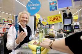Sichere Wette: Thomas Gottschalk sitzt an der Netto-Kasse! (FOTO)
