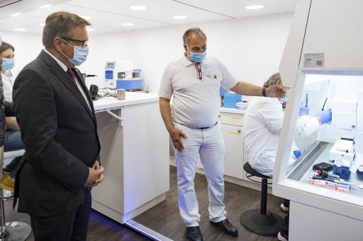 LH Günther Platter und Ralf Herwig warfen einen Tag vor dem Start der LAB TRUCKs einen Blick auf die die modernste Labortechnik.