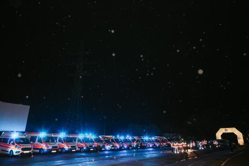 Mit 16 Einsatzfahrzeugen reisten die Johanniter zum Kinoabend im Autokino Wien powered by VELO an und bedankten sich mit einem Blaulichtkonzert.