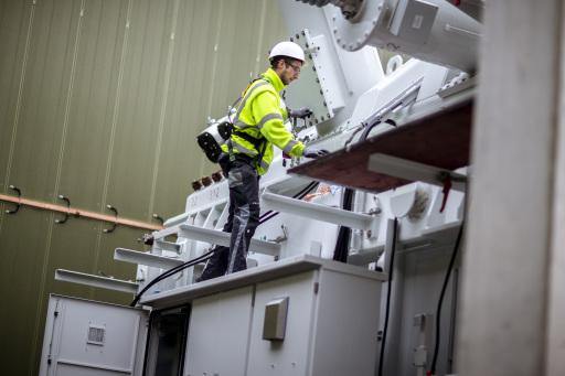 Der Transformator wird installiert, bevor er an die Hochspannungsanlage angebunden und unter Spannung gesetzt wird.
