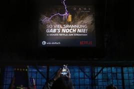 Hochspannung pur: E WIE EINFACH und NETFLIX präsentieren erstes blitzendes Plakat der Welt (FOTO)
