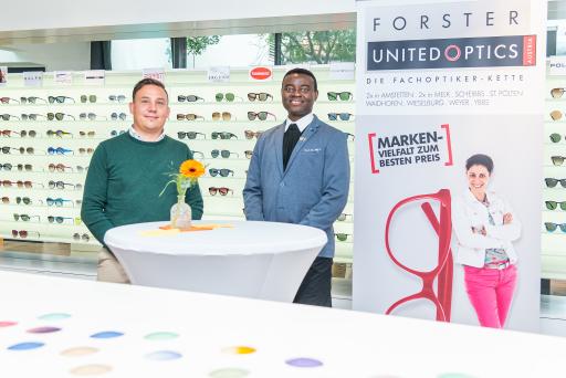 """https://www.apa-fotoservice.at/galerie/23895 Neues Leben für alte Brillen - Österreichweit sammeln die Partner von UNITED OPTICS alte Brillenfassungen um sie dem Projekt """"One Heart Umunohu"""" von Dr. Emeka Emeakaroha in Nigeria zugute kommen zu lassen."""