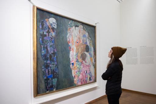 """JUGEND ENTDECKT WIEN 1900 – POWERED BY AK WIEN -Junge Besucherin in der Ausstellung """"Wien 1900. Aufbruch in die Moderne"""" im Leopold Museum vor dem Gemälde """"Tod und Leben"""" (1910/11, umgearbeitet 1915/16) von Gustav Klimt (1862-1918)"""