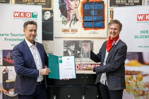 Spartenobmann Markus Grießler (l.) zeichnete den Museumsgründer Gerhard Strassgschwandtner mit dem Tourismuspreis 2020 aus.