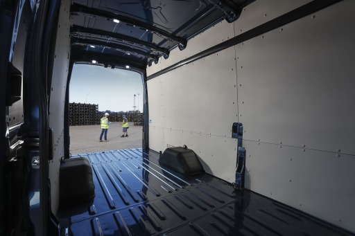 """Ford bietet den Transit mit fünf Tonnen zulässigem Gesamtgewicht auch in der beliebten Version als """"Jumbo""""-Kastenwagen mit Hochdach, bis zu 2.300 Kilogramm Nutzlast und 15,1 m3 Ladevolumen an. Er bietet Platz für bis zu fünf Euro-Paletten. Neue, verstärkte Karosserie-Seitenteile sorgen beim Transport schwererer Ladung für die nötige Robustheit. Die ebene Ladefläche mit einer Tiefe von 4,2 Metern, zahlreiche Verzurrpunkte sowie die integrierte Trittstufe im hinteren Stoßfänger erleichtern die Mitnahme sperriger Gegenstände wie Rohre oder Bretter. / Weiterer Text über ots und www.presseportal.de/nr/143363 / Die Verwendung dieses Bildes ist für redaktionelle Zwecke honorarfrei. Veröffentlichung bitte unter Quellenangabe: """"obs/Ford Motor Company (Austria) GmbH"""""""