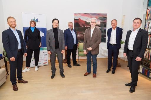 In einem virtuellen Presse-Kickoff präsentierten die Gesellschafter:innen gemeinsam mit Volker Schaffler (Stadt der Zukunft/BMK) (3.v.l.) und Steffen Robbi (Digital Findet Stadt)(links) die neue Innovationsplattform.
