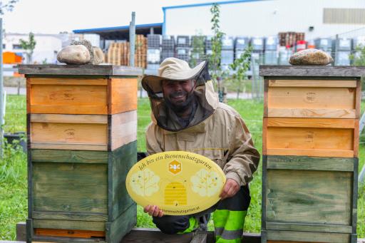 Der hauseigene Imker Rene Teutsch kümmert sich gemeinsam mit anderen Mitarbeitern des LUKOIL Teams um die Pflege der Bienenstöcke.