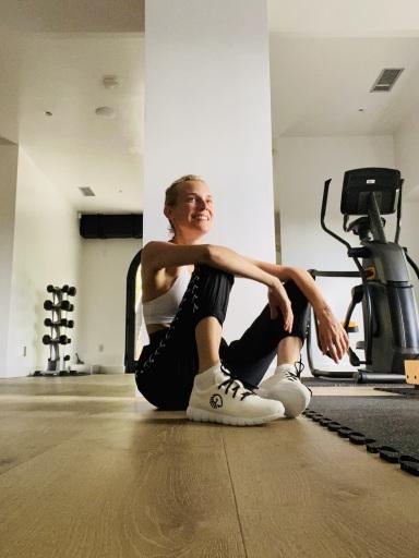 Make-Up beim Sport? Nein, danke. Diane Kruger zeigt sich beim Workout ganz natürlich und ihre nachhaltigen Sneaker aus Merinowolle passen perfekt dazu.