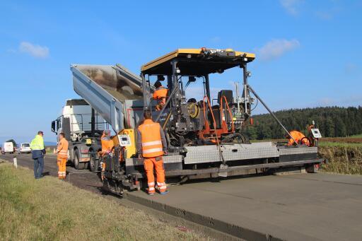 Beim Einbau von Walzbeton wird das Equipment des herkömmlichen Asphaltstraßenbaus genutzt.