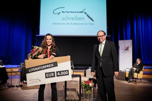 Preisträgerin Sannah Jahncke und Ärztekammerpräsident Thomas Szekeres