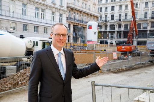 Standortanwalt Alexander Biach vor der Baustelle am Hohen Markt