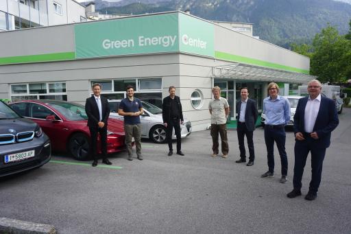 """Interdisziplinäres Forscherteam für das EFRE K-Regio Projekt """"UrbanCharge&Park"""" vor dem E-Mobilitäts-Ecosystem am Green Energy Center Europe in Innsbruck"""