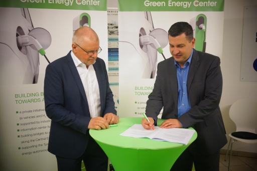 """Vertragsunterzeichnung für das EFRE K-Regio Projekt """"UrbanCharge&Park"""""""