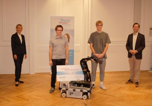 BMBWF-Sektionsschefin Barbara Weitgruber, die Gewinner Jakob Buchsteiner und Moritz Taferner von der HTL Salzburg und OeAD-Geschäftsführer Jakob Calice.