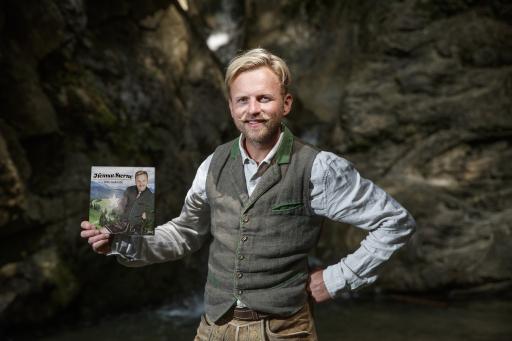 """Willi Gabalier mit seinem Plattencover """"Heimat Sterne"""""""