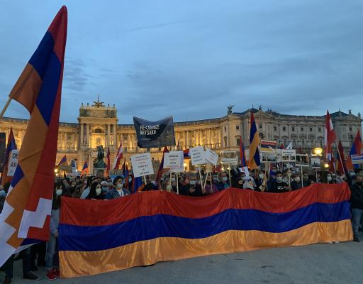 Am Freitag (09.10.2020) rief die armenische Gemeinde in Wien zu einer Kundgebung vor der OSZE, dem Bundeskanzleramt und der Präsidentschaftskanzlei auf. Über 1.500 Menschen nahmen friedlich daran Teil und forderten von der Bundesregierung, sich für einen sofortigen Frieden zwischen Berg-Karabach und Aserbaidschan einzusetzen.