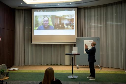 Der Gewinner der besten Masterarbeit Peter Hosp präsentierte die Ergebnisse seiner Arbeit per Video und wurde zur Verleihung live ins Courtyard by Marriott Wien Messe/Prater zugeschalten.